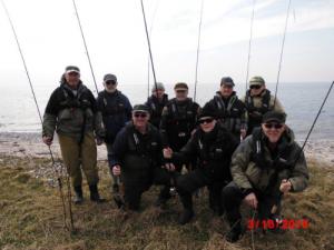 Alle 12 Vikinger iført redningsveste. Sådan en redningsvest kan alle medlemmer låne når de skal ud at fiske.