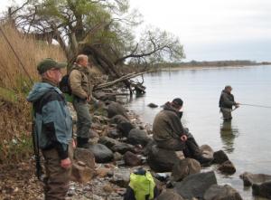 Bjarke Lohmann fisker mens de andre holder med hvordan det går.