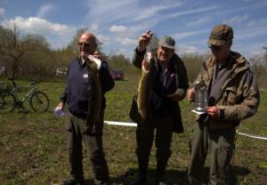 Christian, Kenni og Hans med deres vinder gedder.