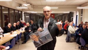 Torben Marvø med de synlige beviser på, at han er Årets O.S.Ker. i form af ur til at hænge i klubben samt en lille skulptur til evigt minde.